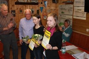 Badmiton-Abteilungsleiter Reiner Paas (v.l.) und der Vorsitzende Günter Bebermeier ehren Corinna Hoffschulz und Marie-Claire Krippner bei der JHV